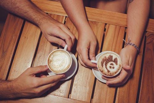 adam, ahşap, bir fincan kahve, çekici içeren Ücretsiz stok fotoğraf