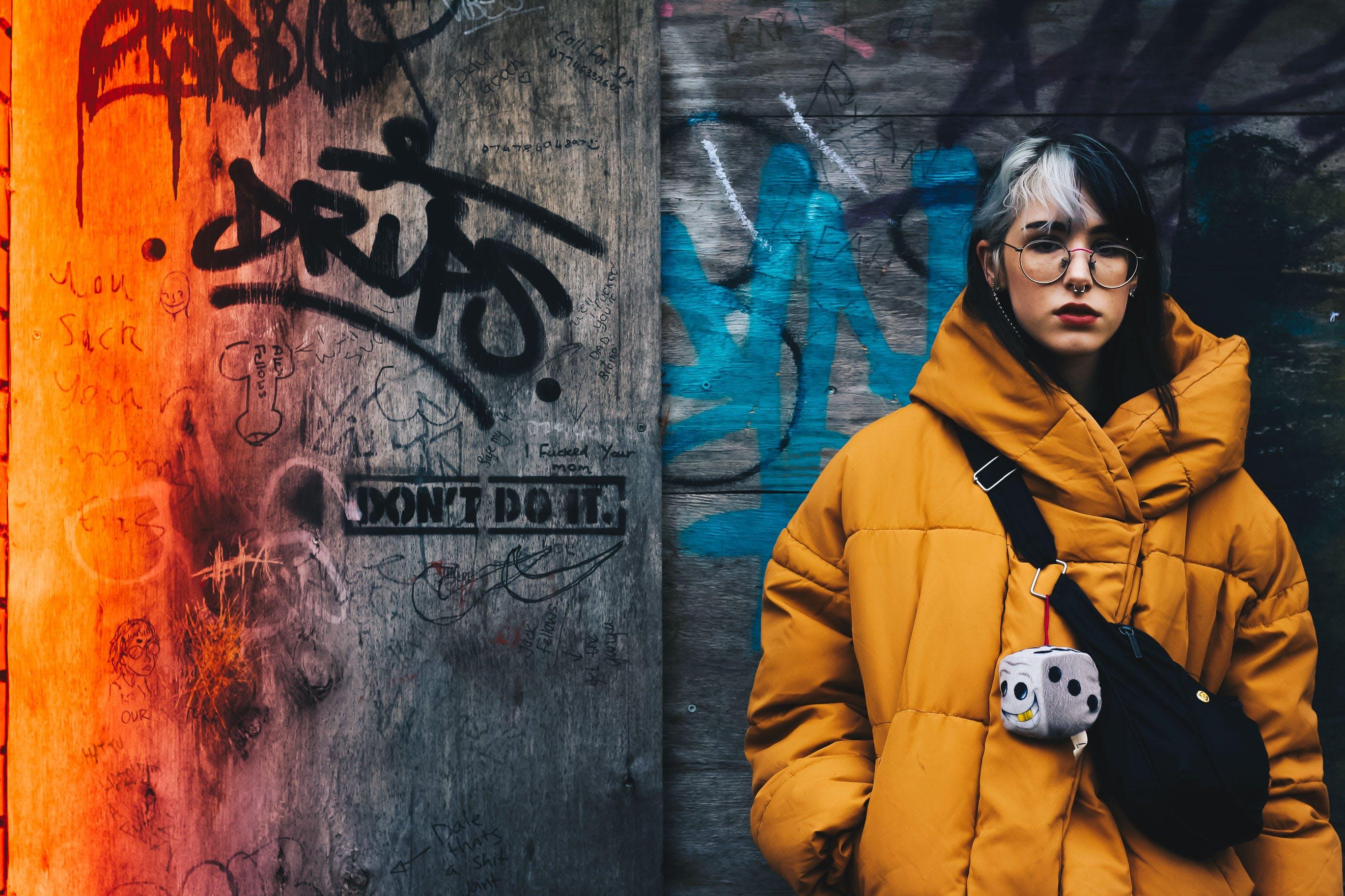 Darmowe zdjęcie z galerii z drewniana ściana, graffiti, kobieta, kurtka zimowa