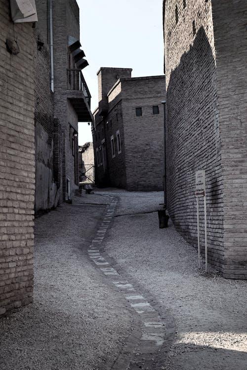 Gratis stockfoto met bakstenen muren, binnenstad, eenkleurige fotografie, fotografie