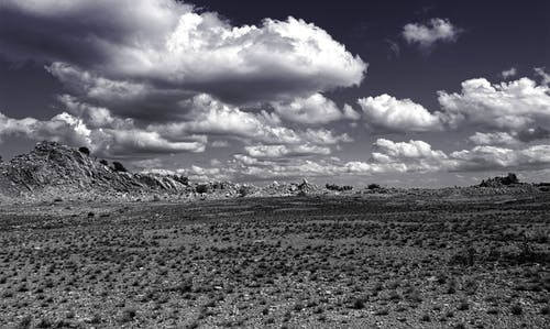 Immagine gratuita di bianco e nero, campo, cielo, deserto