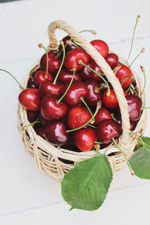 Immagine gratuita di cesto di vimini, ciliege, foglie