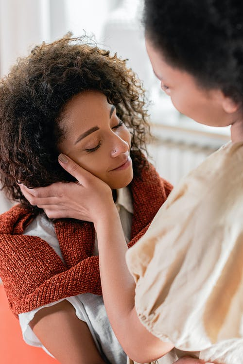 Foto profissional grátis de abraço, adolescente, afeição