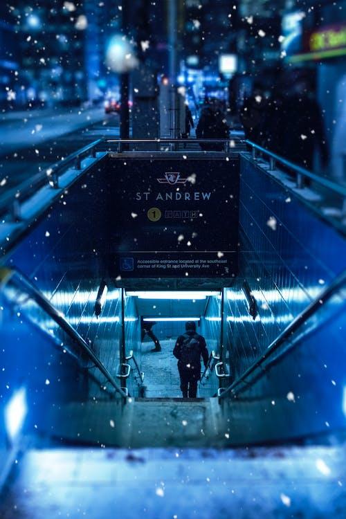 Ilmainen kuvapankkikuva tunnisteilla lumisade, metro, metroasema, talvi