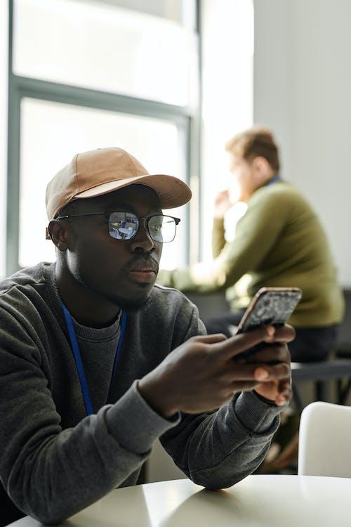 Gratis arkivbilde med afrikansk-amerikansk mann, alvorlig, mann