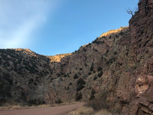 Foto d'estoc gratuïta de carretera, cel, clareja, muntanyes