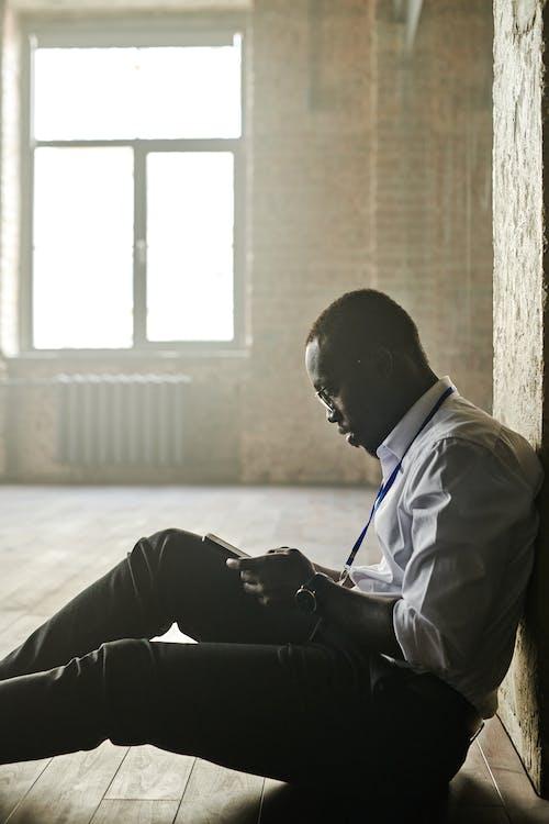 Kostenloses Stock Foto zu afroamerikanischer mann, drinnen, mann