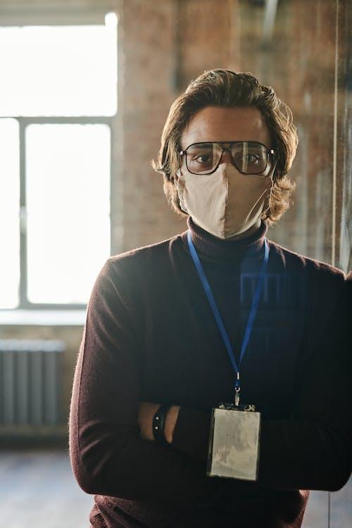 Kostenloses Stock Foto zu arme gekreuzt, brille, coronavirus