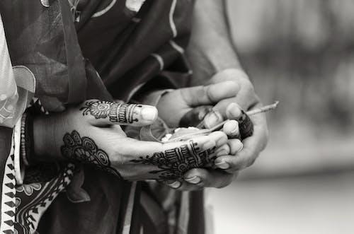 Ilmainen kuvapankkikuva tunnisteilla häät, intialaiset häät, mustavalkoinen