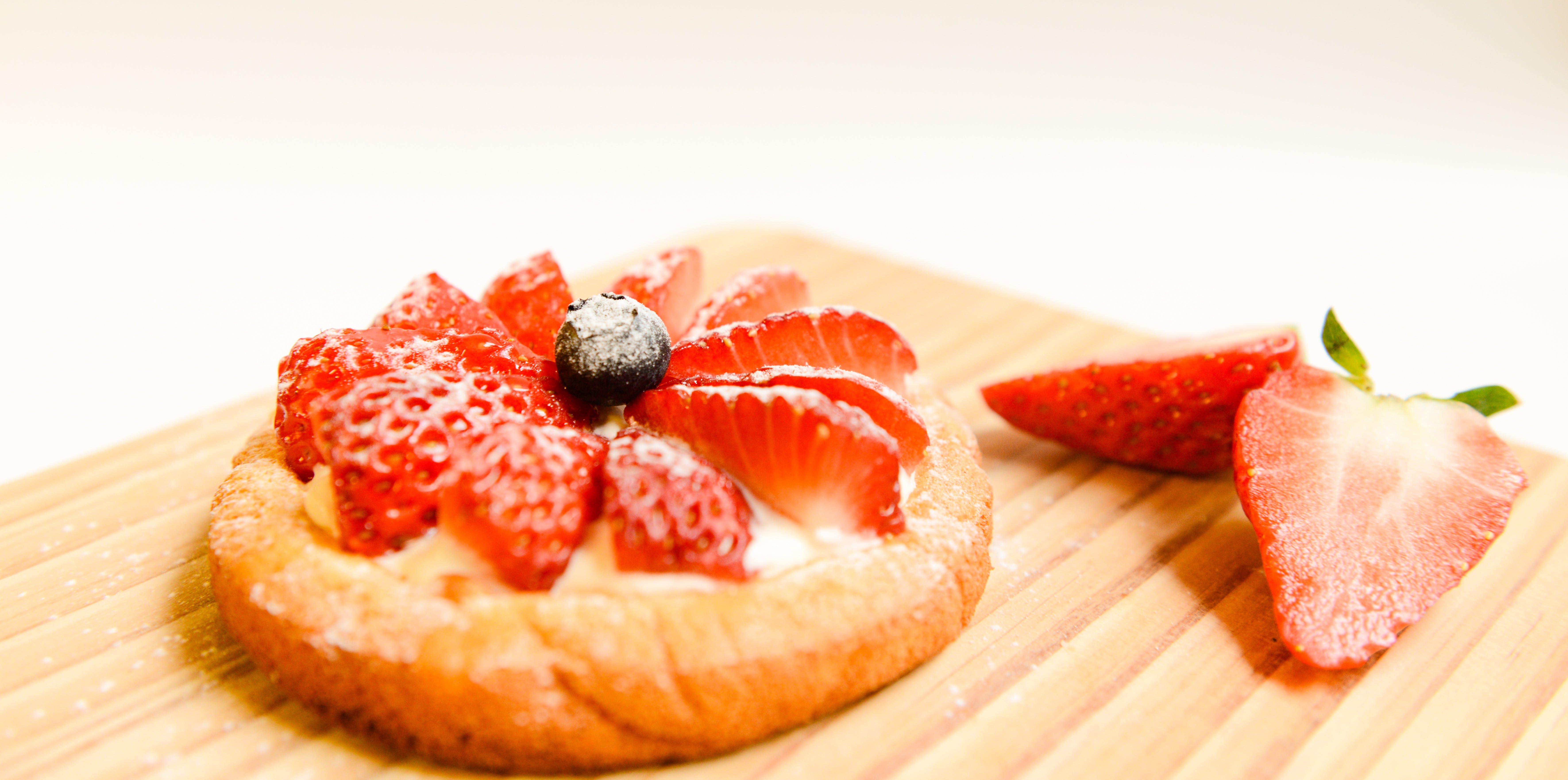 çalı meyveleri, çilekler, dilimler, Gıda içeren Ücretsiz stok fotoğraf
