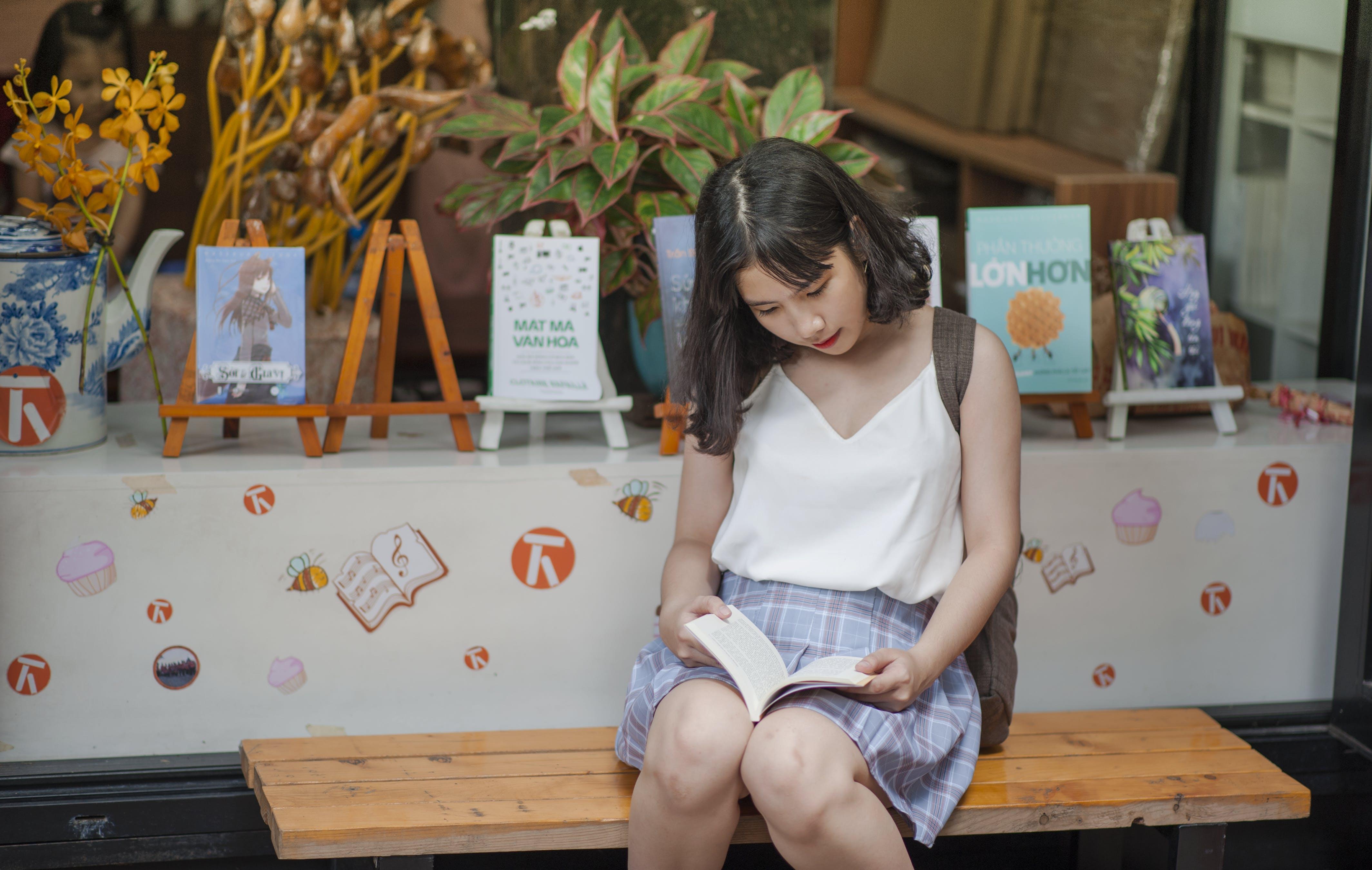 Kostnadsfri bild av bänk, böcker, dagtid, flicka
