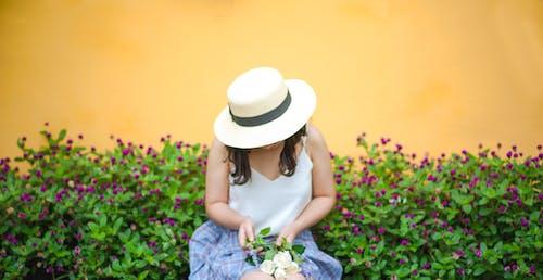 Darmowe zdjęcie z galerii z bukiet kwiatów, dziewczyna, flora, kapelusz