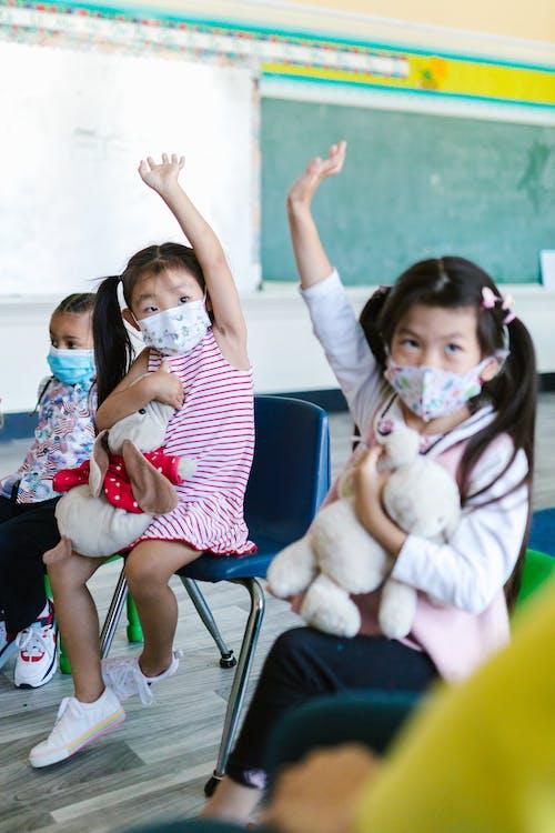 Kostnadsfri bild av ansiktsmask, flickor, klass