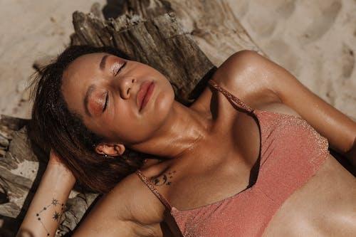 Ilmainen kuvapankkikuva tunnisteilla Alusvaatteet, auringonotto, bikinit