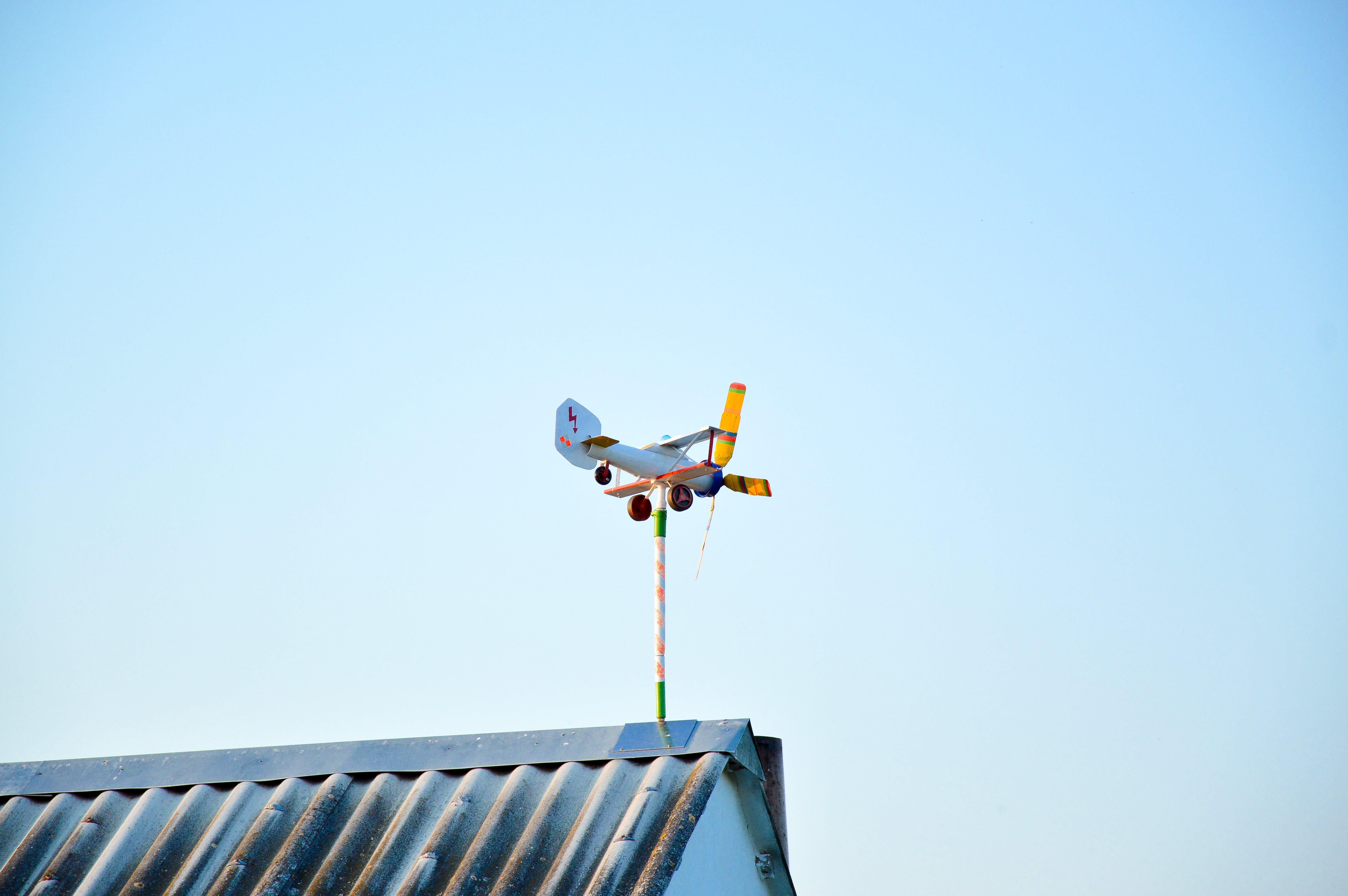 Kostenloses Stock Foto zu himmel, dach, richtung, flugzeug