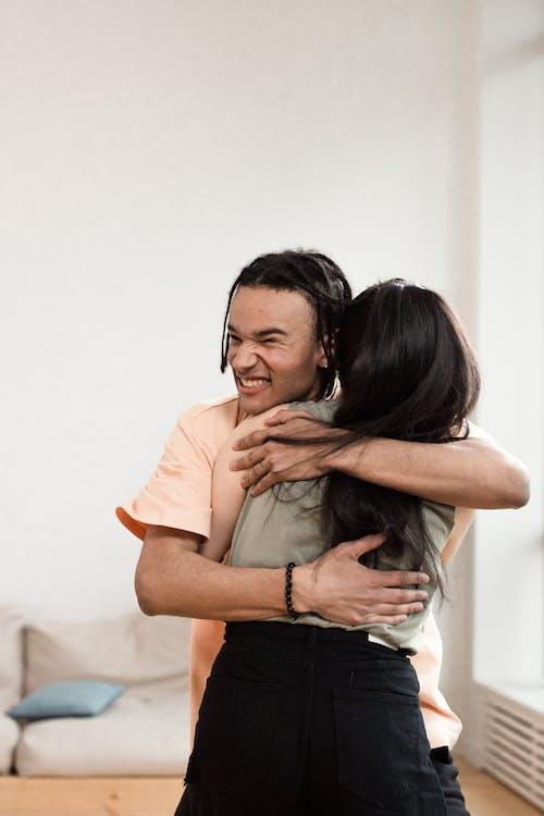 Gratis stockfoto met geliefden, kerel, knuffelen