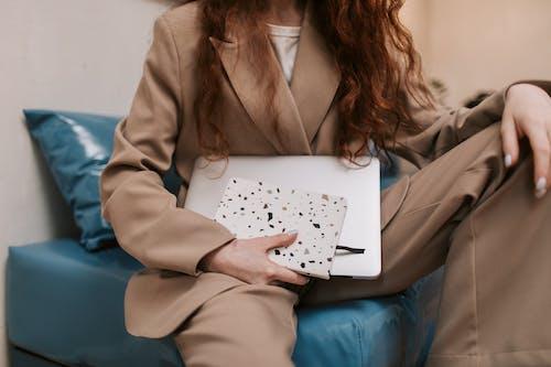 Immagine gratuita di divano, donna, interni