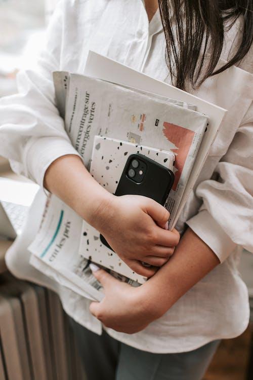 Photos gratuites de debout, femme, journal