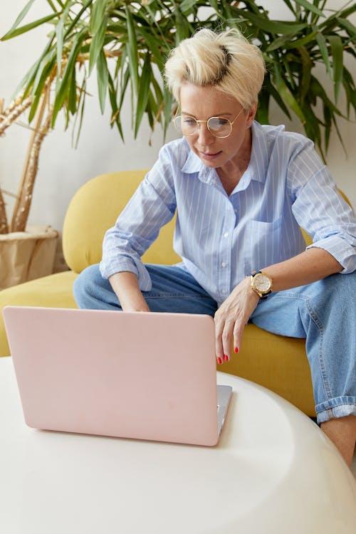 Gratis lagerfoto af arbejde hjemmefra, blå lange ærmer, blond hår