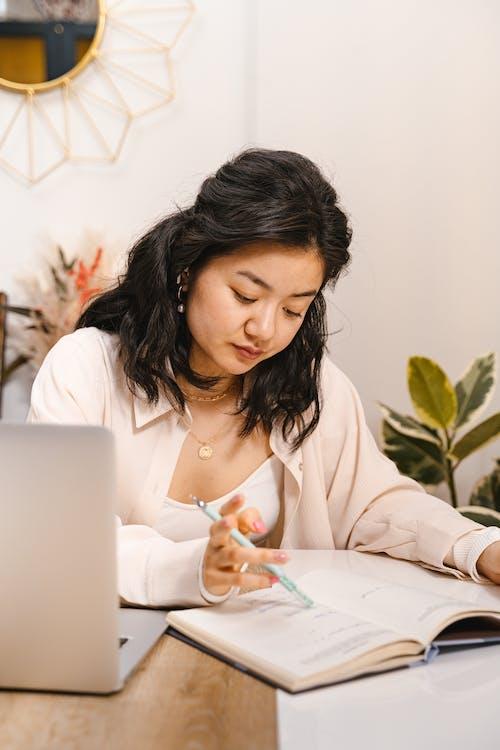 Asyalı kadın, Çalışmak, ders çalışmak içeren Ücretsiz stok fotoğraf