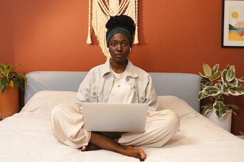 Foto profissional grátis de cama, computador portátil, em casa