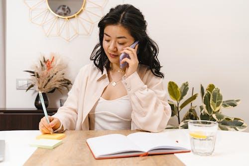 Asyalı kadın, cep telefonu, iş kadını içeren Ücretsiz stok fotoğraf