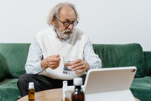 Immagine gratuita di alla ricerca, anziano, caffè