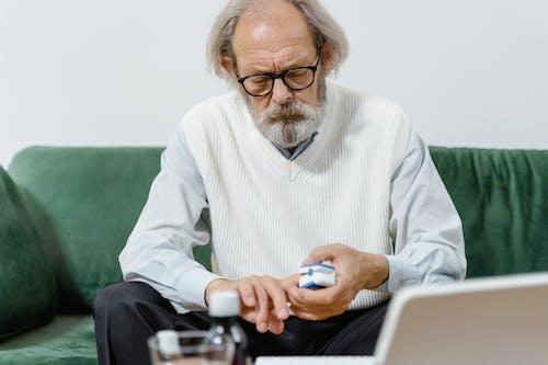 Immagine gratuita di alla ricerca, anziano, casual