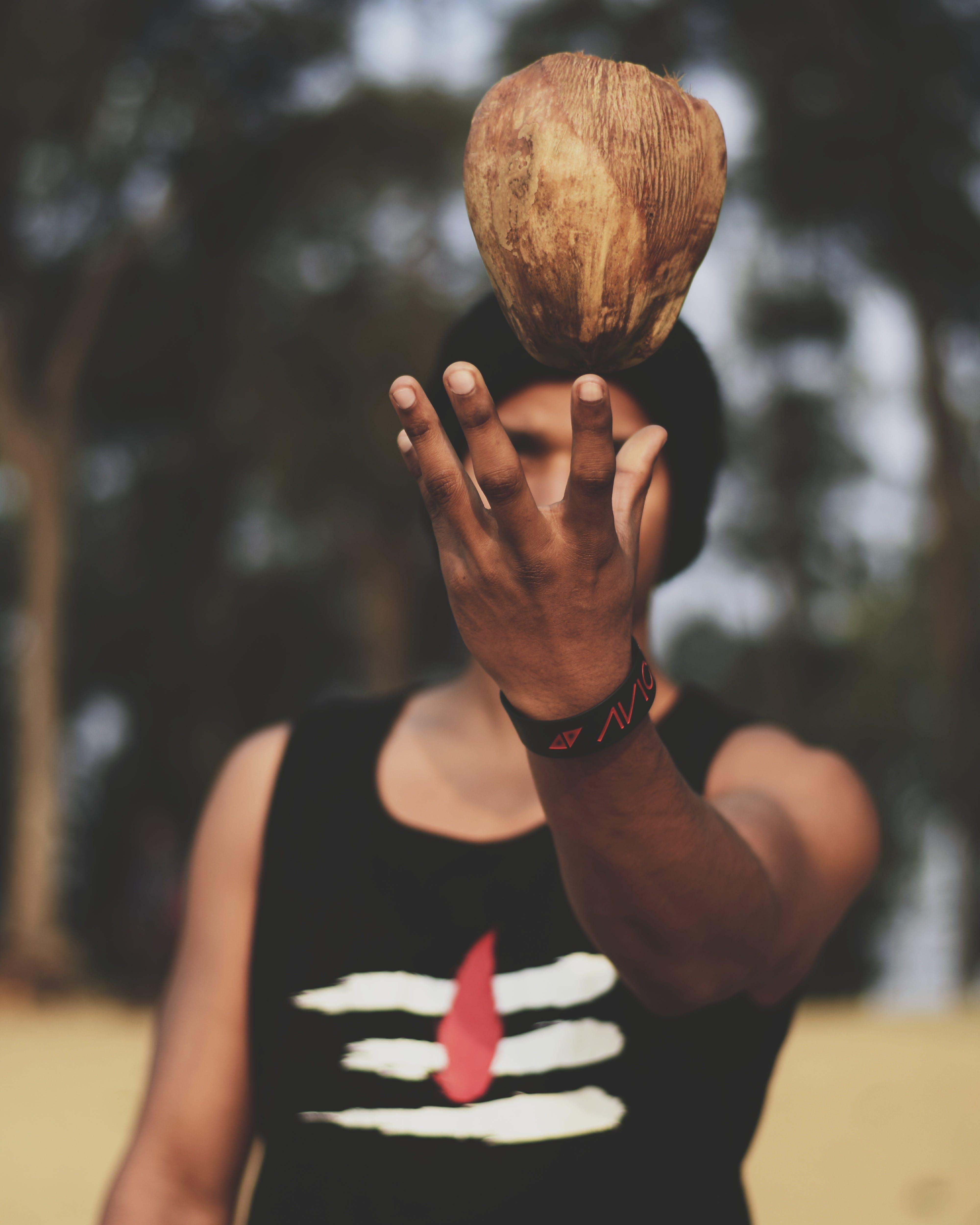 Kostenloses Stock Foto zu freund, kokosnuss, menschen, strand