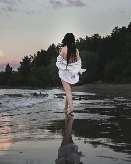 オーバーシャツ, トップレス, ビーチの無料の写真素材