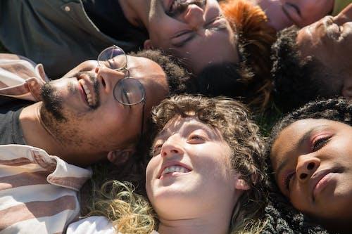 Immagine gratuita di amici, diversità, divertendosi
