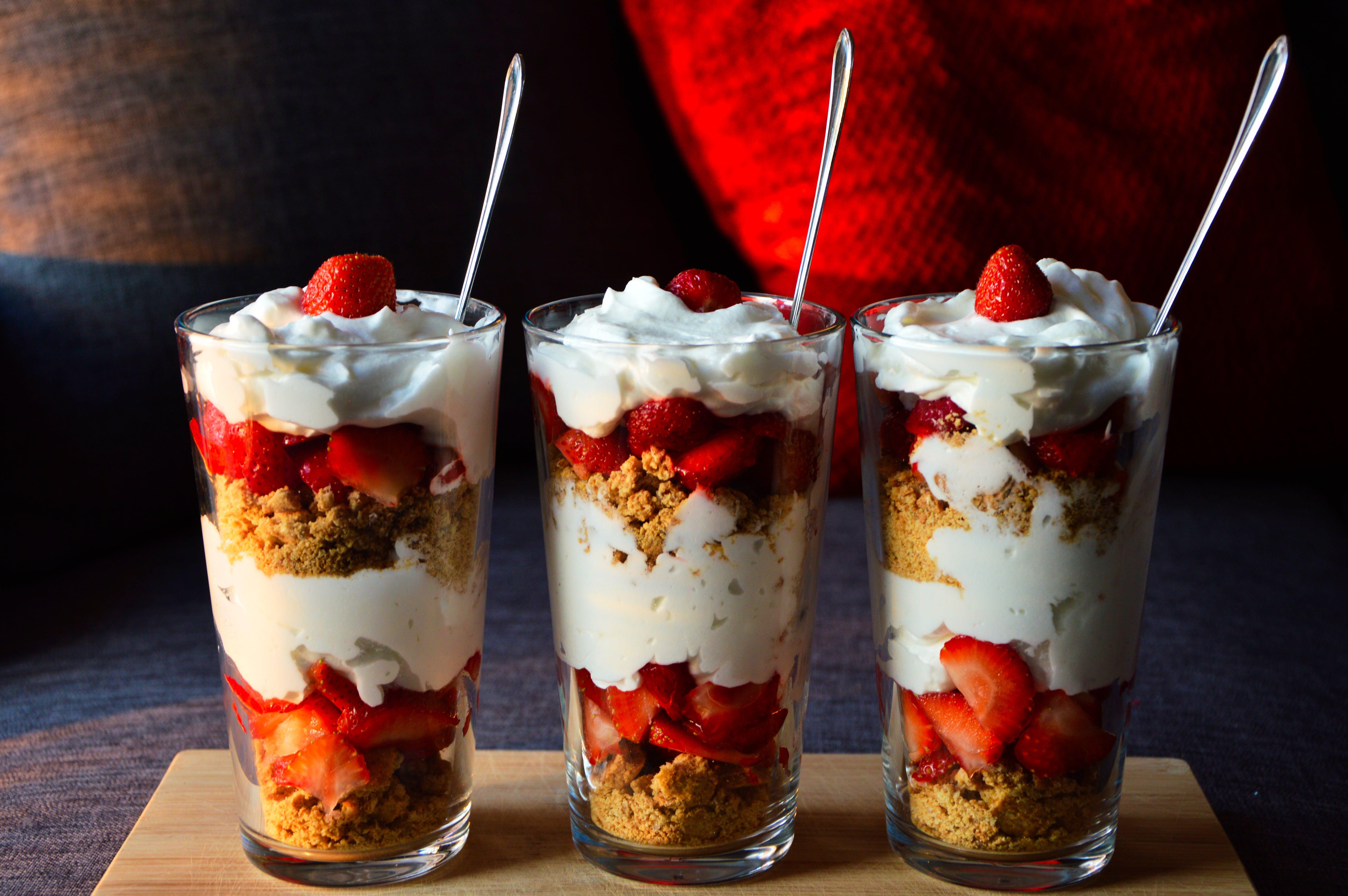 Kostenloses Stock Foto zu dessert, erdbeeren, glas, sahne