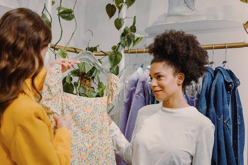 Бесплатное стоковое фото с биржа, в помещении, вешалка для одежды