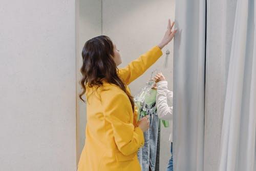 Kostenloses Stock Foto zu brünette, drinnen, einkaufen