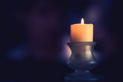 Foto profissional grátis de candelabro, lamparina, leve, lilás