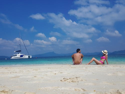 Ilmainen kuvapankkikuva tunnisteilla hiekkaranta, kirkas vesi, matkailijat, nuoripari