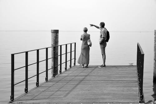 Darmowe zdjęcie z galerii z drewniane molo, dziewczyna, jezioro
