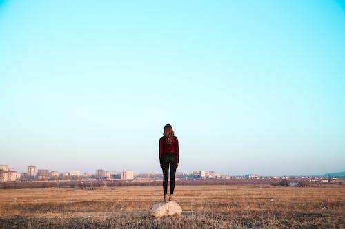 Foto profissional grátis de área, campo, céu, garota