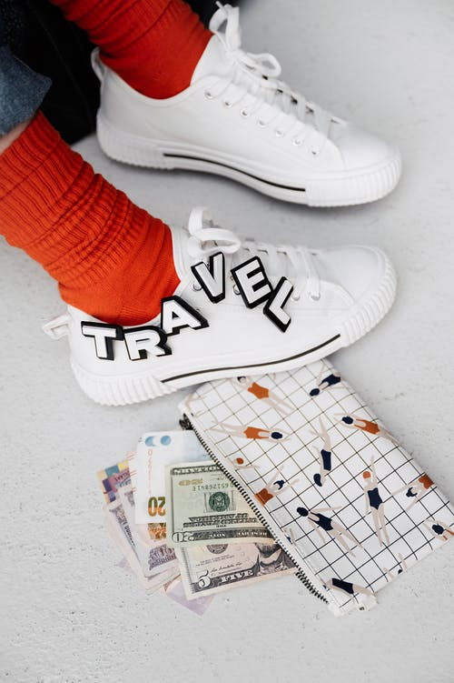 Бесплатное стоковое фото с вертикальный, деньги, кеды