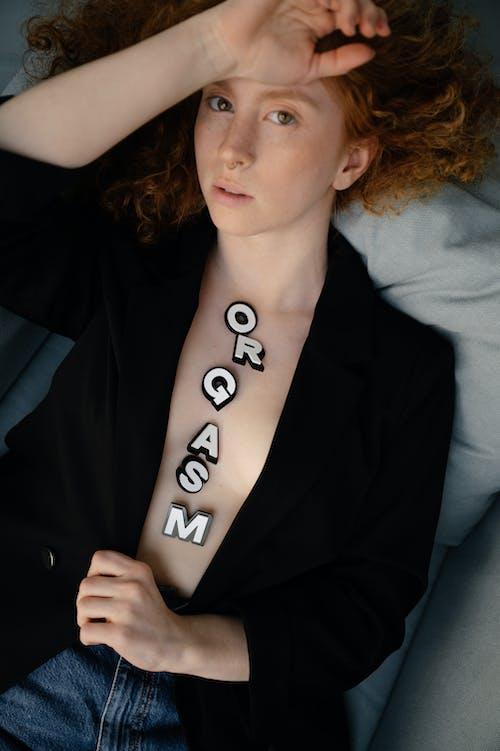 Photos gratuites de cheveux roux, coffre, femme