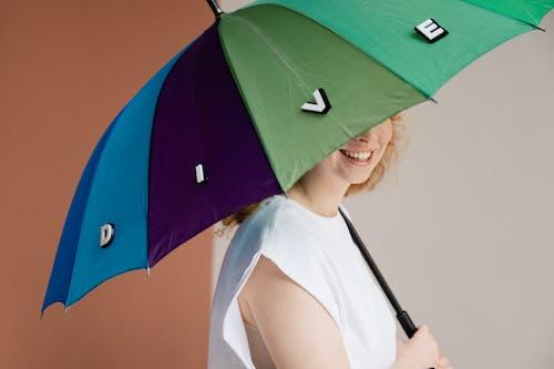 Foto profissional grátis de cartas, guarda-chuva, letras