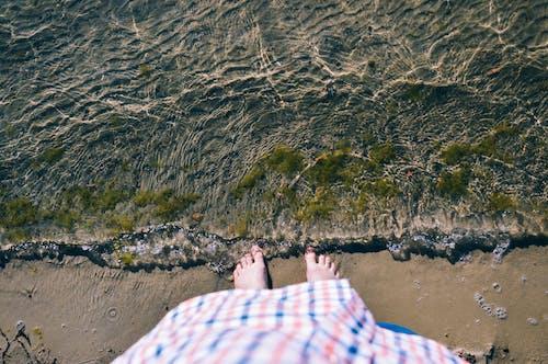 Kostenloses Stock Foto zu füße, pov, strand, wasser