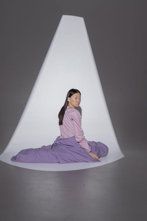 Ilmainen kuvapankkikuva tunnisteilla aasialainen nainen, brunette, istuminen