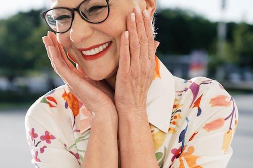 Kostenloses Stock Foto zu älterer erwachsener, blumenhemd, brillen