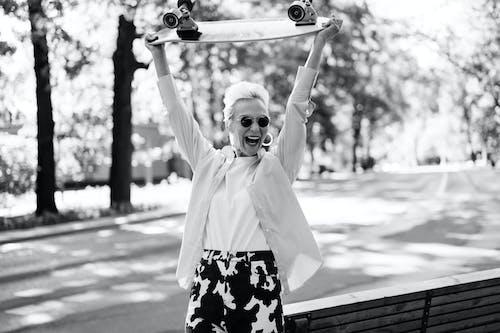 Základová fotografie zdarma na téma babička, černobílý, jednobarevný