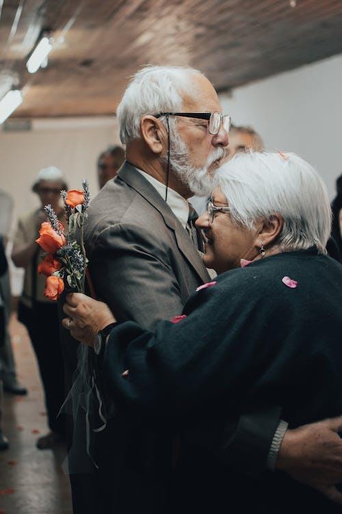 Fotos de stock gratuitas de abrazando, anciano, antiguo