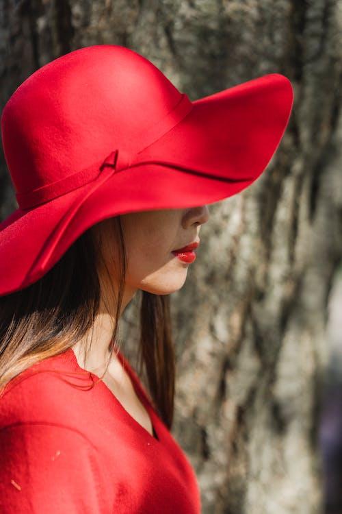 Foto profissional grátis de chapéu de praia, chapéu de sol, lábios