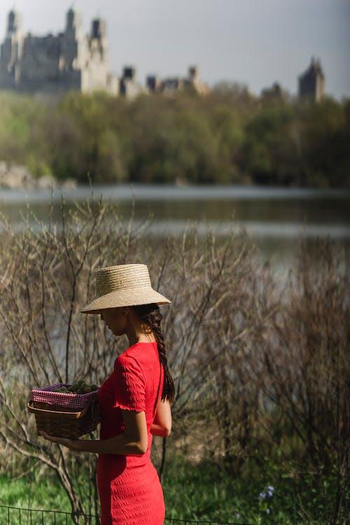 Darmowe zdjęcie z galerii z czas wolny, czerwona sukienka, kapelusz słoneczny