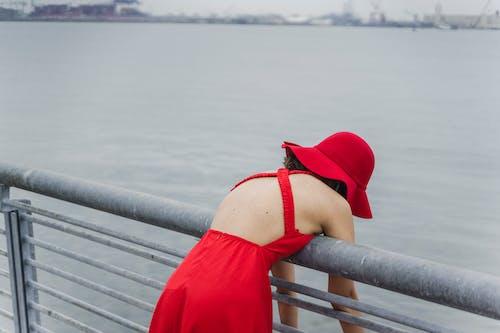ayakta, bir başına, Güneş şapkası içeren Ücretsiz stok fotoğraf
