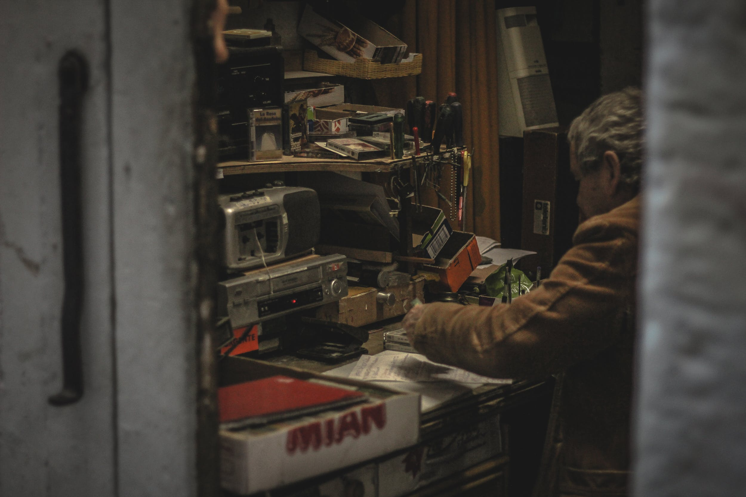 Foto profissional grátis de dentro de casa, desgaste, eletrônicos, ferramentas