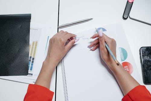 Foto profissional grátis de caderno, escrevendo, escrita